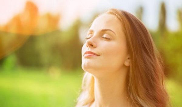 Женщина с умиротворенным выражением лица