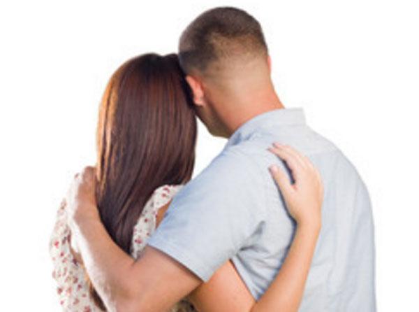 Муж с женой стоят спиной и обнимают друг друга