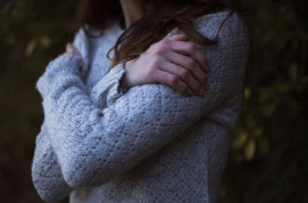 Женщина со скрещенными на груди руками