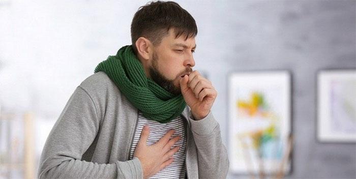 Кашель, повышенная температура и общее недомогание являются основными симптомами при бронхите