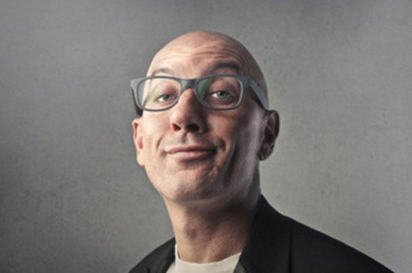Мужчина в очках с высокомерным взглядом