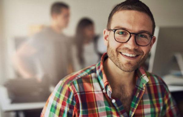 Жизнерадостный мужчина в очках