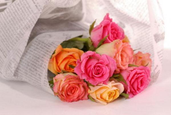 Оборачивание газетой букета роз