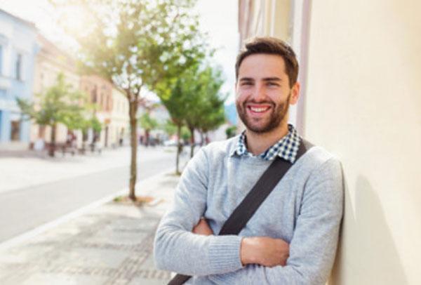 Счастливый мужчина стоит возле дома