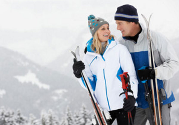 Мужчина с женщиной с лыжами