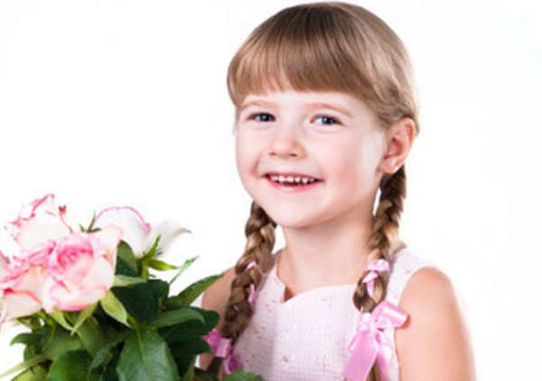 Улыбчивая девочка с букетом в руках