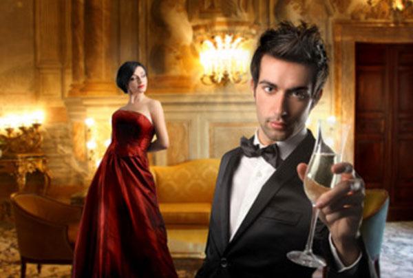 Богатая обстановка, девушка в вечернем платье, парень с бокалом в костюме