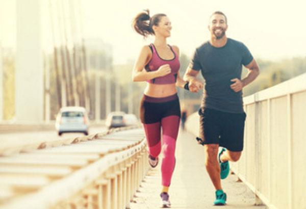 Счастливые парень и девушка занимаются пробежкой