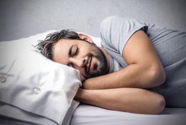 Мужчина сладко спит