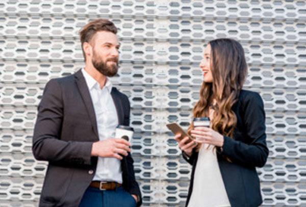 Мужчина с женщиной беседуют. У обоих стакан с кофе