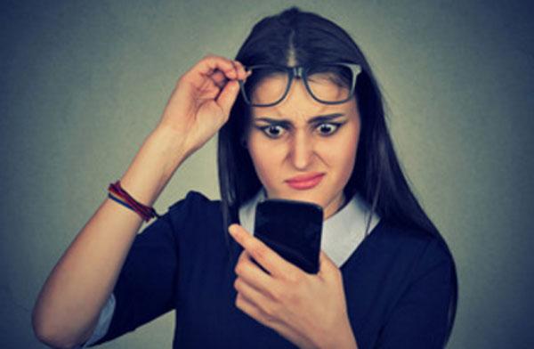 Девушка в шоке от прочитанного в телефоне