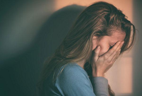 Девушка плачет, прячет глаза