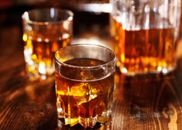 Два стакана со спиртным и бутылка