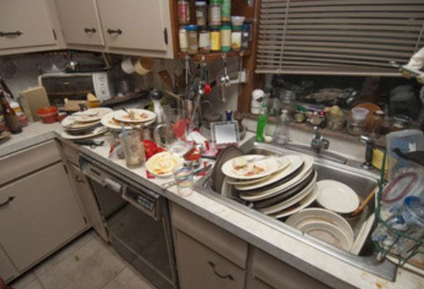 Кухня с большим количеством грязной посуды