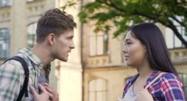 Парень агрессивно настроен к рядом стоящей испуганной девушке, которая смотрит на него