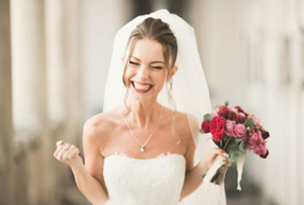 Невеста, которая сильно чему-то радуется