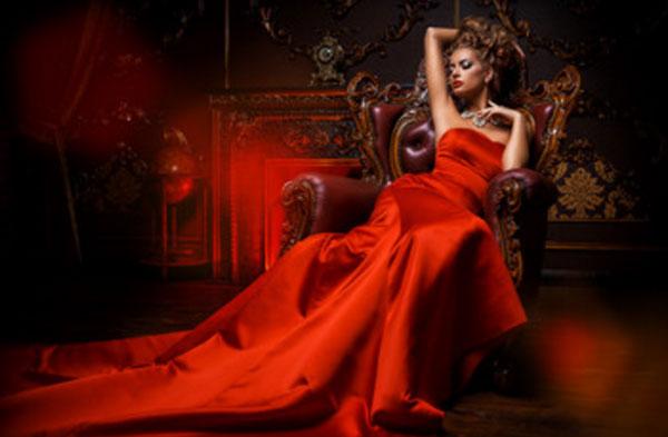 Женщина в вечернем красном платье