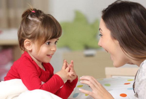 Мама общается с дочкой