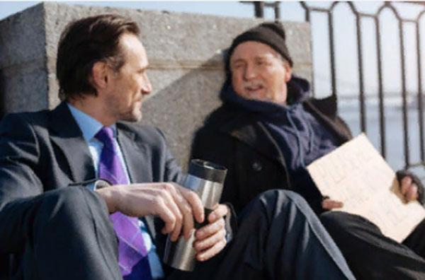 Обеспеченный мужчина общается с бездомным