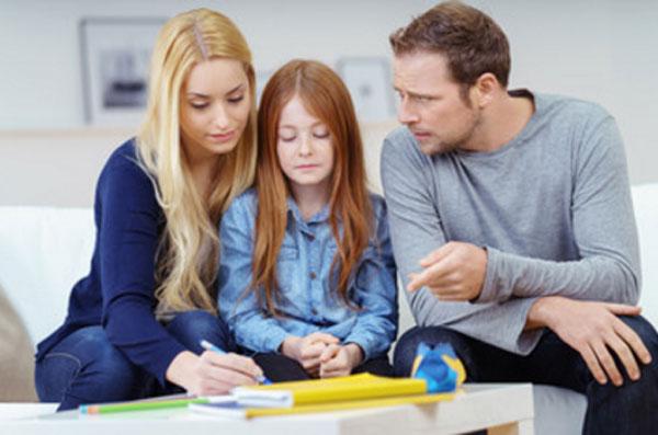Посередине между родителями сидит грустная девочка. Мама что-то подписывает, а папа на что-то ей указывает