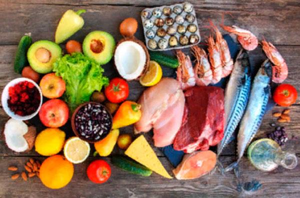 На столе лежат различные продукты питания
