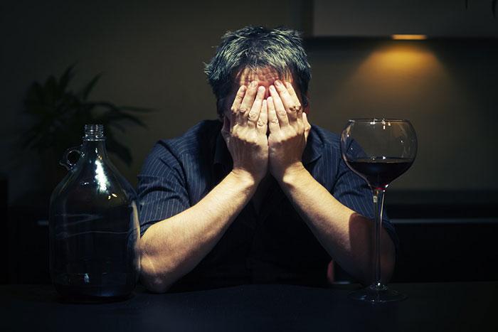 Врачи не рекомендуют совмещать Антигриппин с алкоголем, чтобы избежать различных побочных эффектов