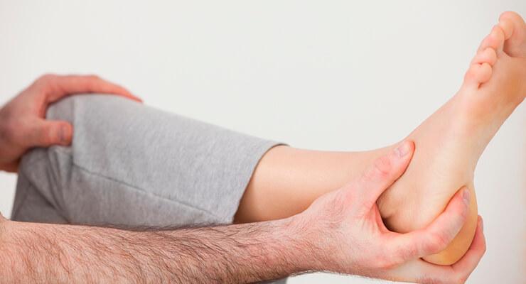 Почему болит пятка при ходьбе: причины и методы лечения