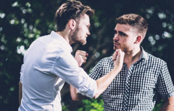 Двое мужчин собираются ударить друг друга
