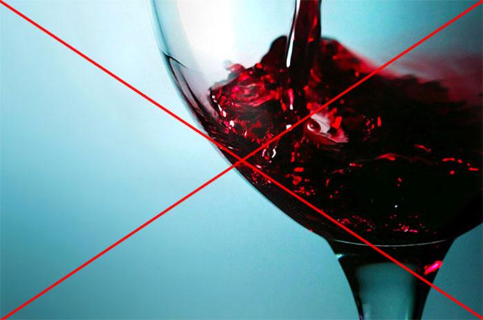 Врачи категорически исключают совместимость препарата Прадакса со спиртными напитками