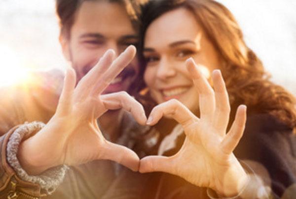 Влюбленная пара при помощи своих пальцев сделали фигуру сердца