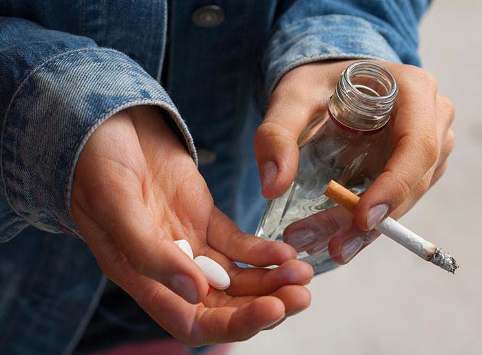 Врачи категорически не рекомендуют употреблять алкоголь во время лечения препаратом Диклофенак