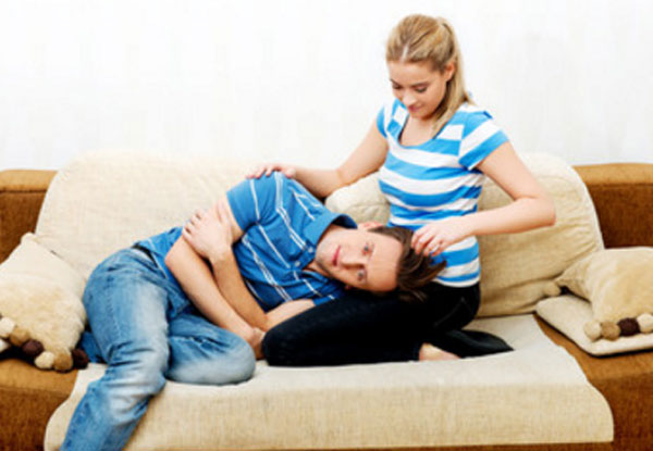 Женщина сидит на диване. муж положил голову ей на колени