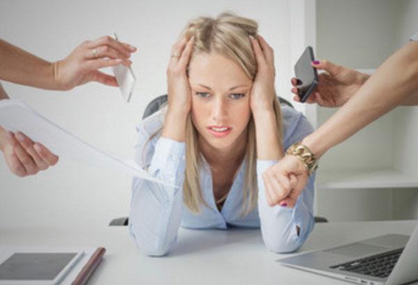 Замученная девушка, к которой тянутся руки с бумагами, телефоном, указывает на часы