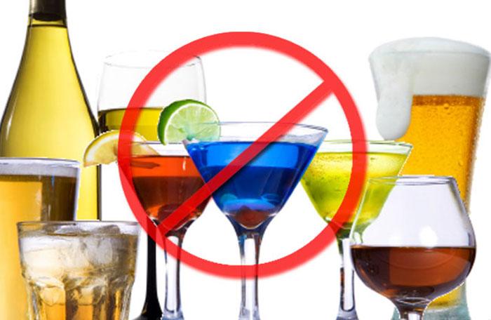 Если мучает изжога после спиртного, рекомендуется отказаться от употребления алкоголя