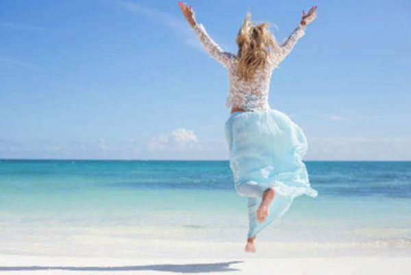 Девушка бежит на берегу моря