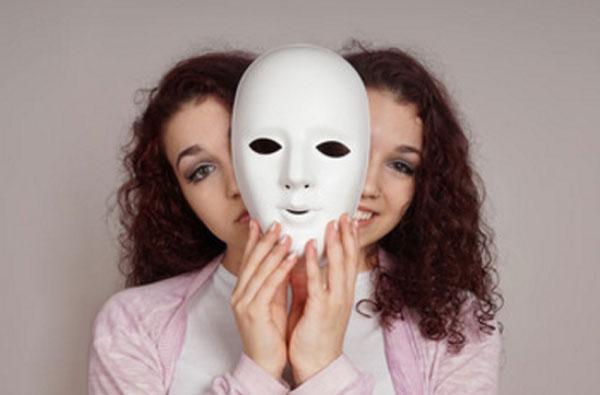 Иллюстрация того, что за одной маской прячутся две женщины, депрессивная и слишком положительная