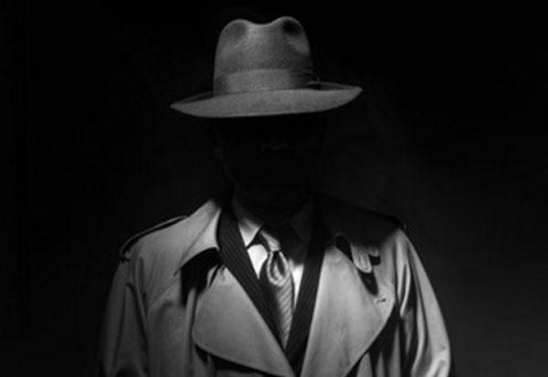 Человек в шляпе и плаще. Лица не видно