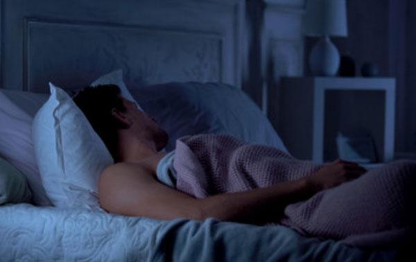 Мужчина спит без футболки