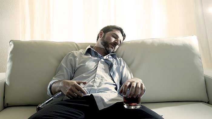 Врачи не рекомендуют совмещать прием мелатонина и алкоголя