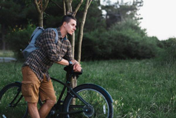 Парень едит на велосипеде