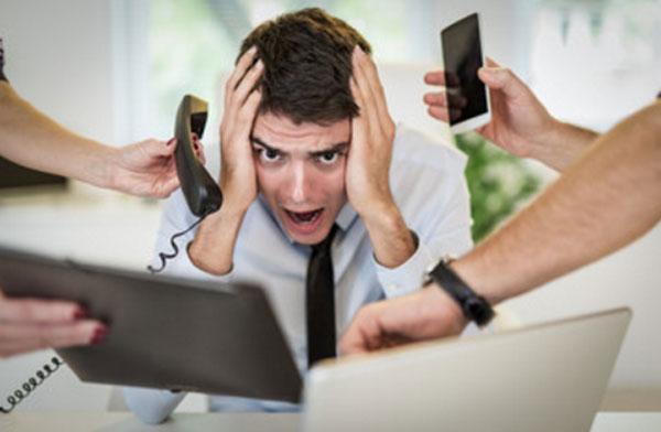 Парень в ужасе, он кричит от того, что его все достало. Рядом руки с телефоном, планшетом, мобилкой