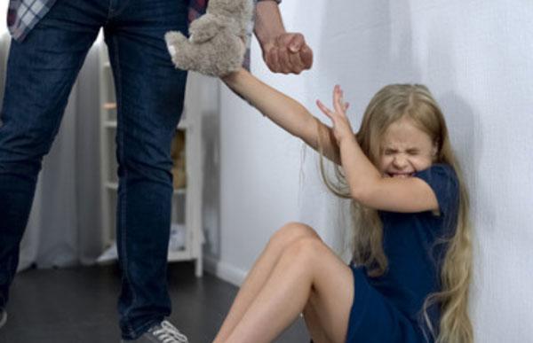 Отец хочет ударить дочку, она прикрывается руками