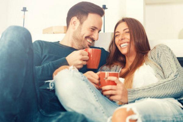 Парочка пьет чай и смеется