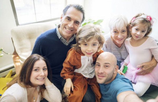 Большая семья мужчины