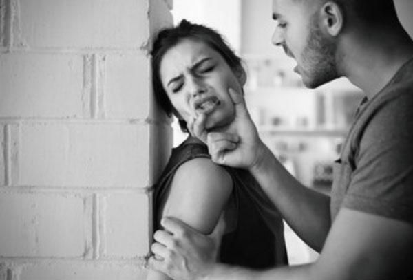 Мужчина мучает женщину