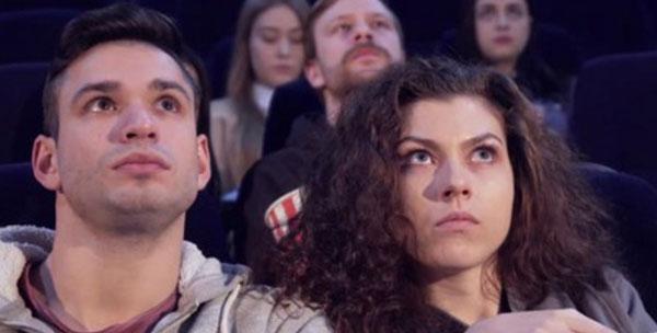 Парень с девушкой сидят в кино