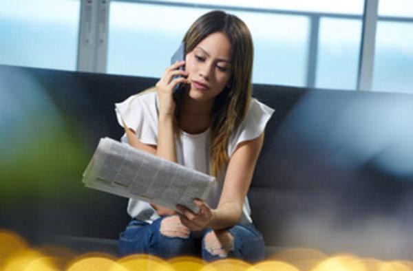 Девушка звонит по объявлению в газете