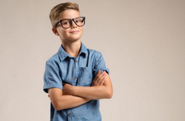 Мальчик в очках улыбается