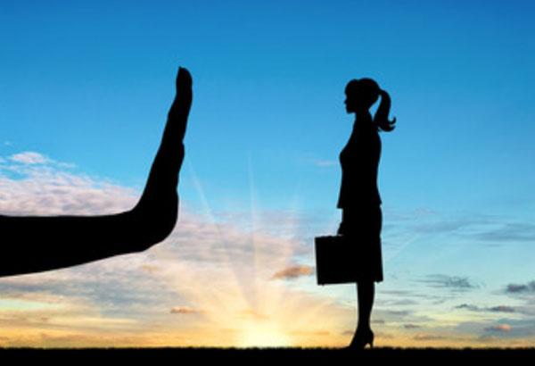 Силуэт женщины на фоне восхода. Перед ней возникла огромная рука, которая препятствует ее пути