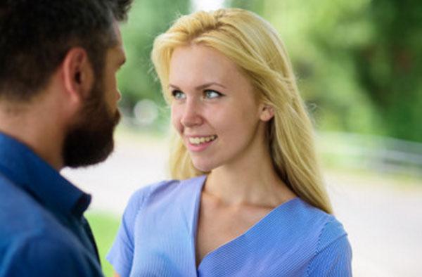 Девушка смотрит влюбленными глазами на мужчину